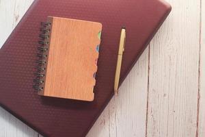 composizione piatta di pianificatore e laptop foto