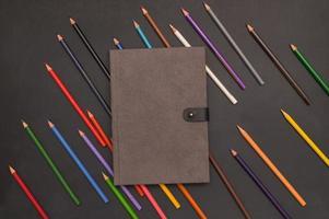 libro e matite colorate, torna al concetto di scuola e istruzione foto
