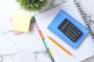 piano scrivania con calcolatrice foto