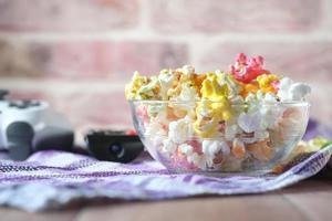 popcorn colorati in una ciotola foto