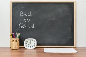torna a scuola parole scritte su sfondo lavagna foto
