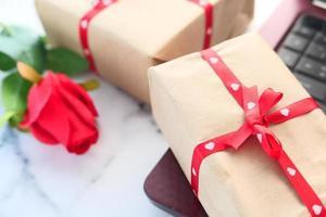 Close up del regalo di San Valentino sul tavolo foto