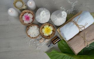 vista dall'alto, composizione del trattamento termale sul tavolo di legno foto