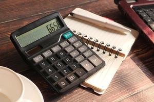 calcolatrice sulla scrivania foto