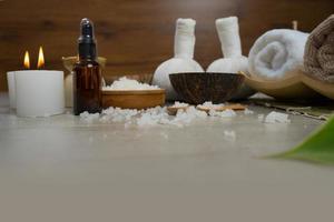 composizione del trattamento termale sul tavolo di legno foto
