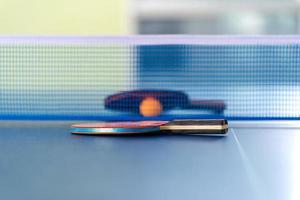 racchetta da ping pong e pallina foto