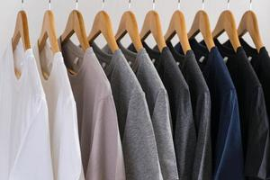 Close up di t-shirt su appendiabiti, sfondo di abbigliamento foto