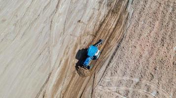 vista dall'alto di veicoli per trattori agricoli che lavorano al campo foto