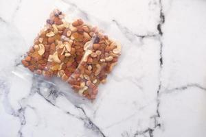 noci miste in un pacchetto su un tavolo foto