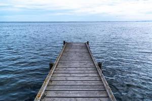 pontile in legno sul lago foto