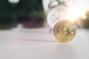 simbolo di bitcoin come criptovaluta denaro digitale con sfondo della natura foto