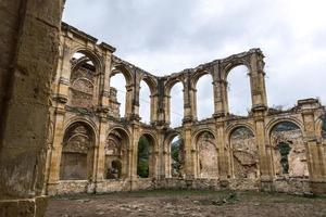 rovine di un antico monastero foto
