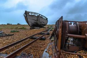 vecchia nave sulla palude di dungeness foto