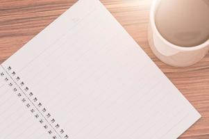 leggere, scrivere libri e bere il concetto di layout del caffè foto