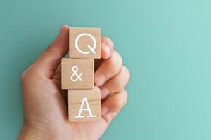 q e un alfabeto su cubi di legno in mano foto