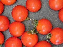 pomodori su uno sfondo scuro foto
