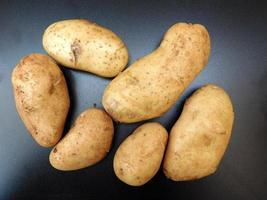 patate su uno sfondo di tavolo scuro foto
