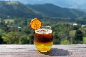 cocktail marrone e arancione foto