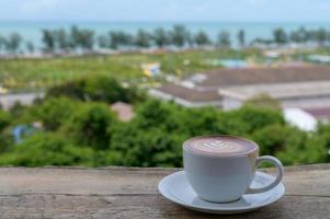 latte art con vista sulla spiaggia in thailandia foto