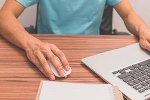 persona che utilizza un laptop per lavorare studio sulla scrivania foto