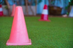 piccoli coni stradali rosa foto