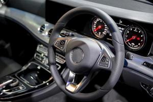 consolle pulita interni auto moderne volante nero foto