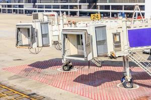 ponte aereo in aeroporto per i passeggeri foto
