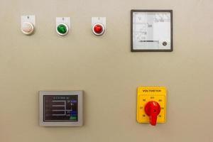 quadro elettrico di controllo in una fabbrica foto