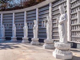 statua buddista nel tempio bongeunsa nella città di seoul, corea del sud foto