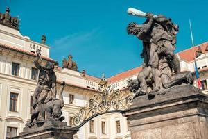 praga, repubblica ceca 2019 - sculture di titani di wrestling che conducono al primo cortile del castello di praga foto