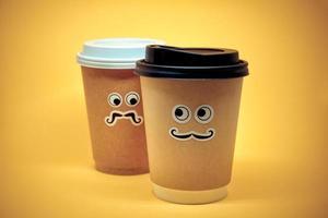 tazze di caffè che guardano con sospetto foto