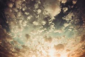 cielo drammatico con nuvole tempestose foto