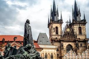 Jan hus monumento di fronte alla chiesa di santa maria a praga, repubblica ceca foto