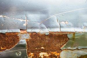 primo piano di vernice scheggiata e metallo arrugginito foto