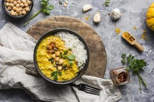 piatto di curry giallo foto