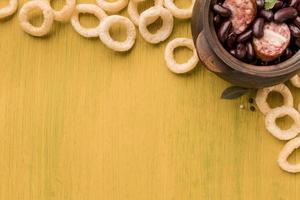 piatto di fagioli e salsiccia foto