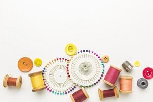vista dall'alto di filo, aghi e bottoni foto