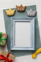 tre biscotti della corona e cornice vuota foto