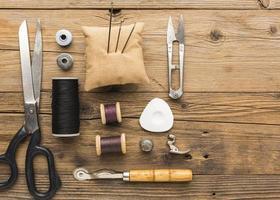 vista dall'alto di oggetti da cucire su un tavolo foto