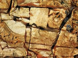 dettaglio del muro di pietra all'aperto per lo sfondo o la trama foto
