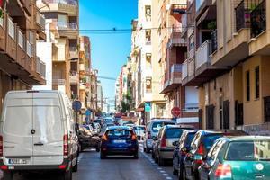 torrevieja, spagna 2019 - strada trafficata di turisti foto