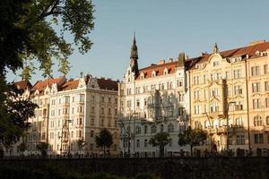 praga, repubblica ceca 2018 - edifici lungo il fiume masarykovo. foto