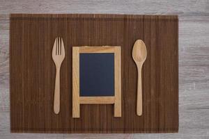 lavagna e posate in legno