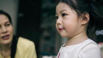primo piano di una bambina foto