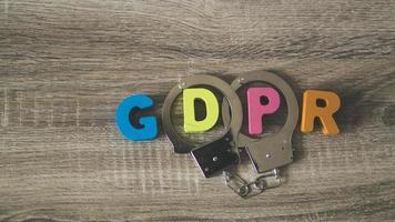 lettere del regolamento generale sulla protezione dei dati con manette foto