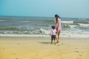 madre e figlio in spiaggia foto