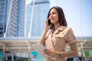 imprenditrice utilizzando uno smartphone in città foto