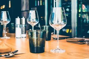 bicchieri sul tavolo foto