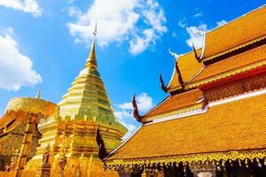 pagoda d'oro a wat phrathat doi suthep, punto di riferimento di chiangmai in thailandia foto