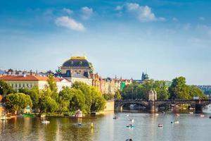 praga, repubblica ceca 2016 - teatro nazionale di praga lungo il fiume moldava foto